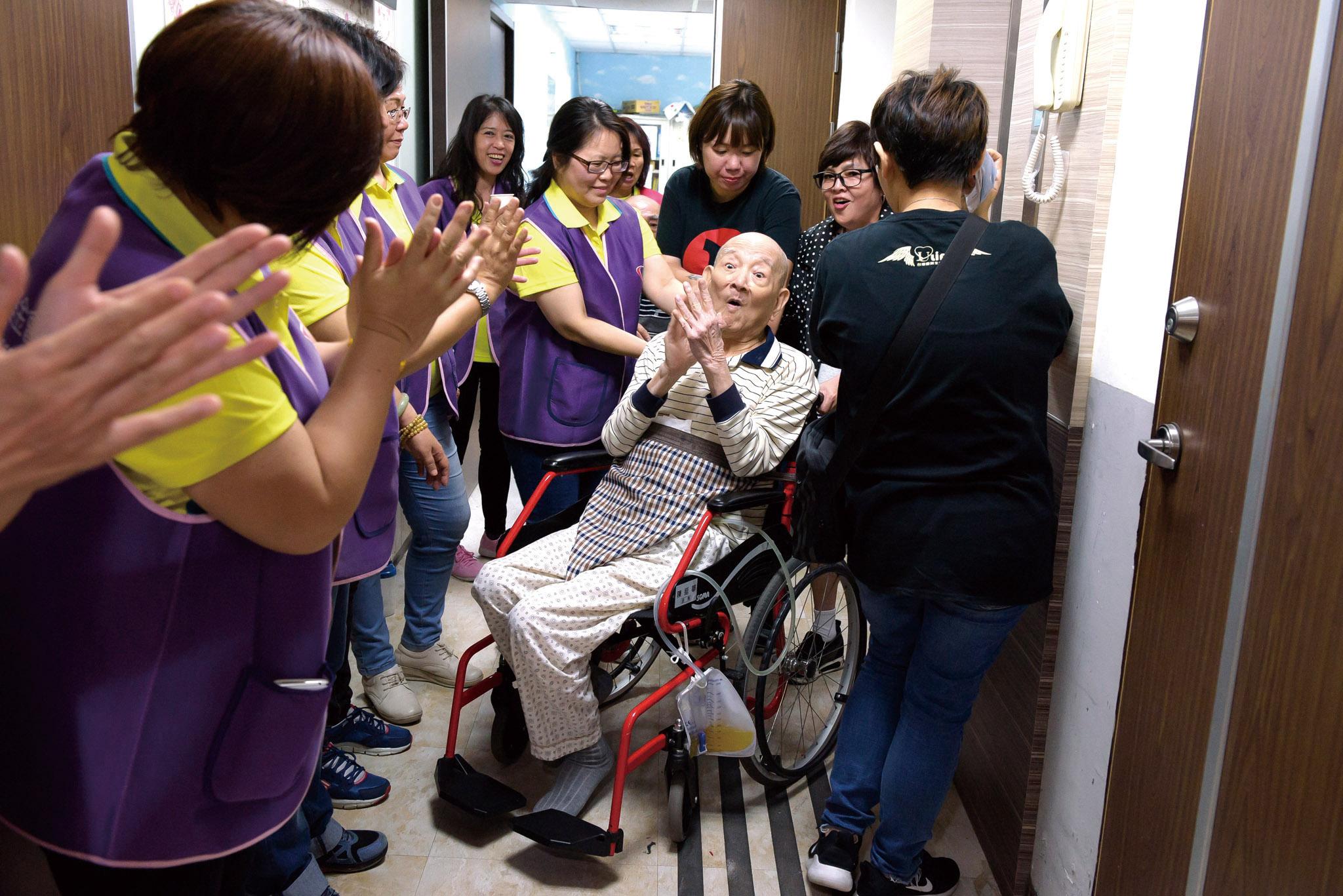 養護所長輩看到永達志工到訪開心拍手。