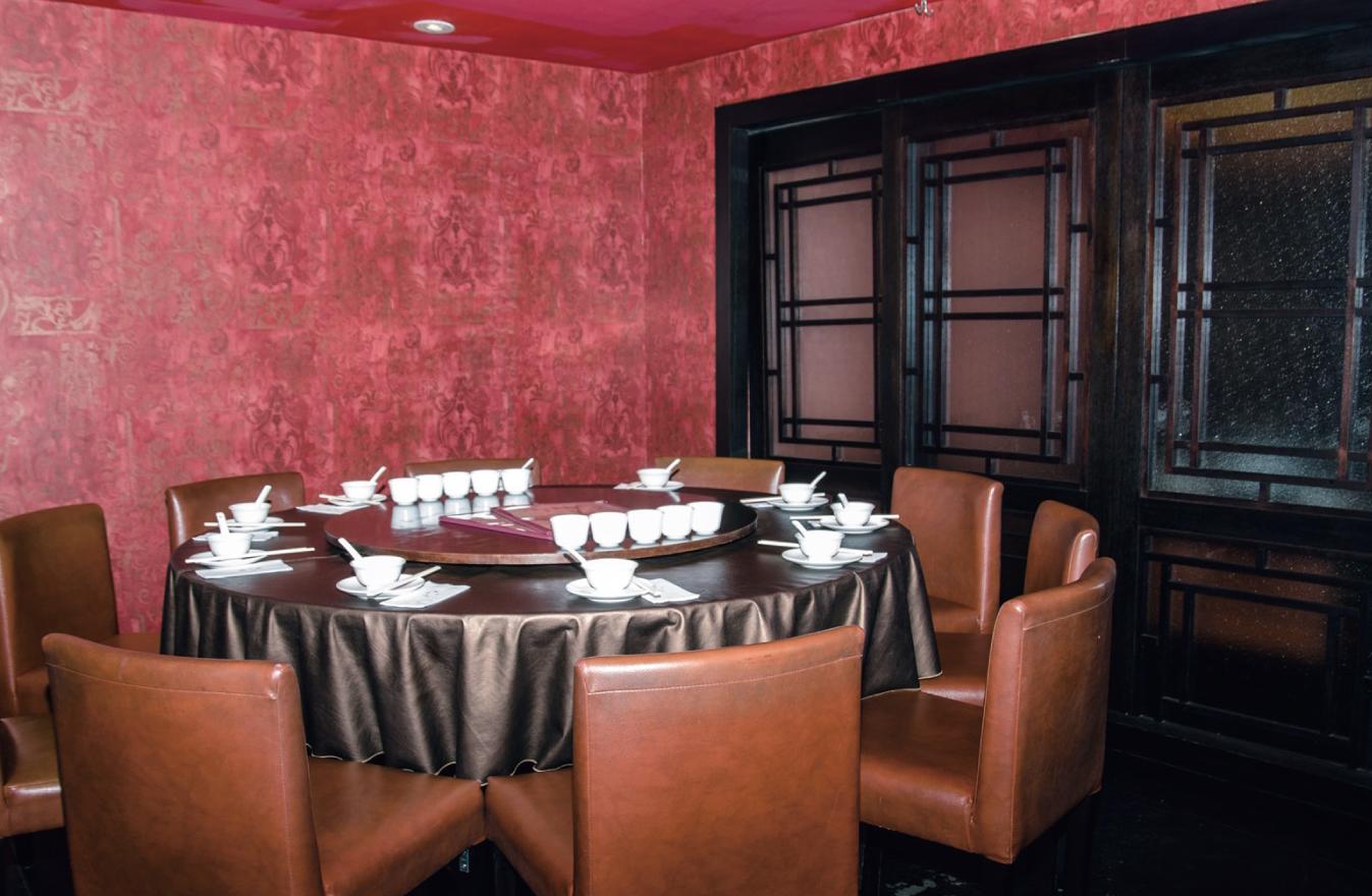 溢香園的裝潢以紅與深咖啡色為基調,交織出穩重寧馨的上海風情。