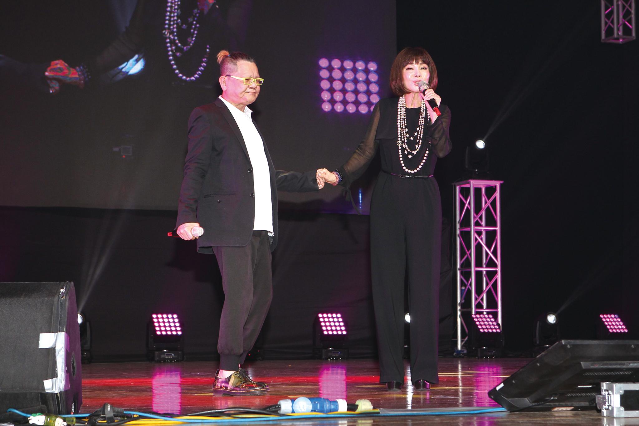 鄭進一與陳美鳳合唱「繁華攏是夢」令在場觀眾沈醉著迷。