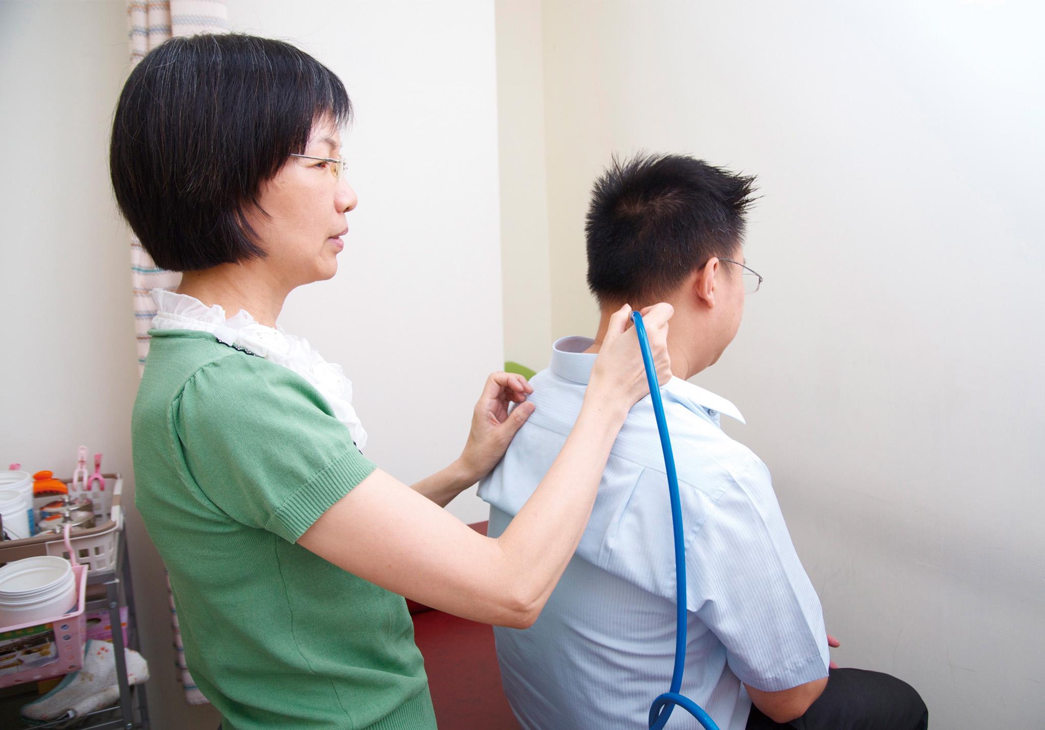 葉醫師分享中暑症狀順著經絡「滑罐」可迅速緩解不適。
