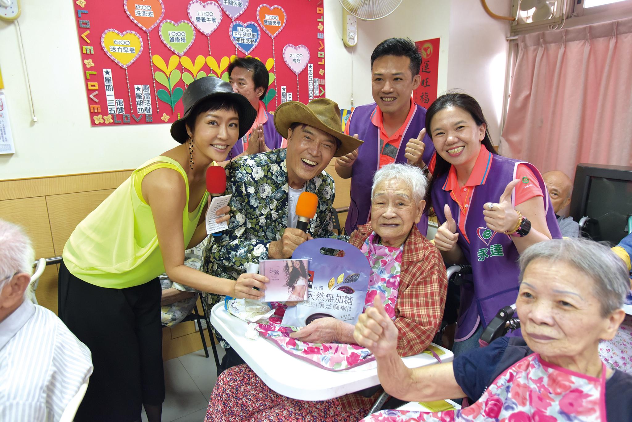 收到禮物的長輩和志工開心合影。
