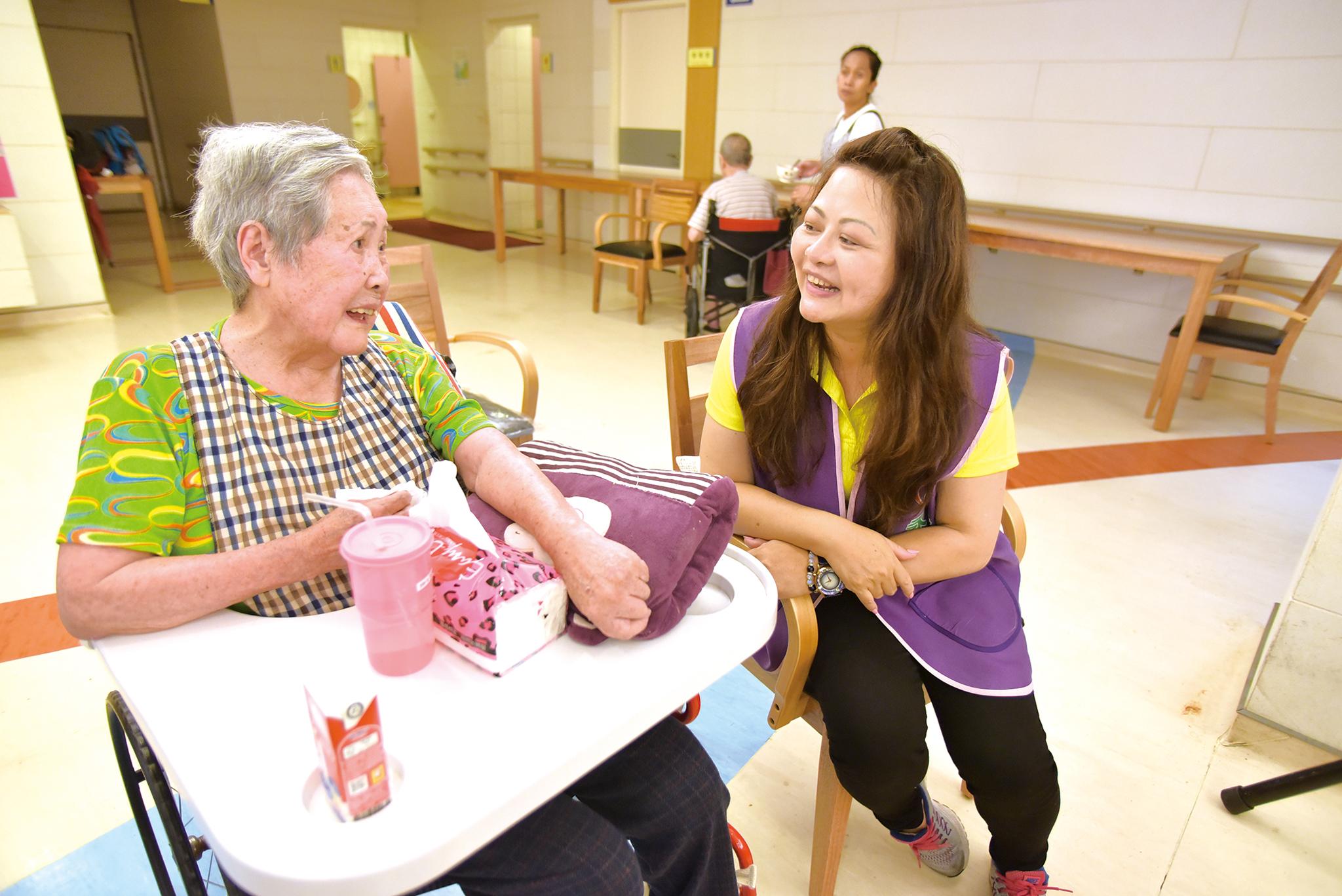 永達志工開心的和長輩互動。