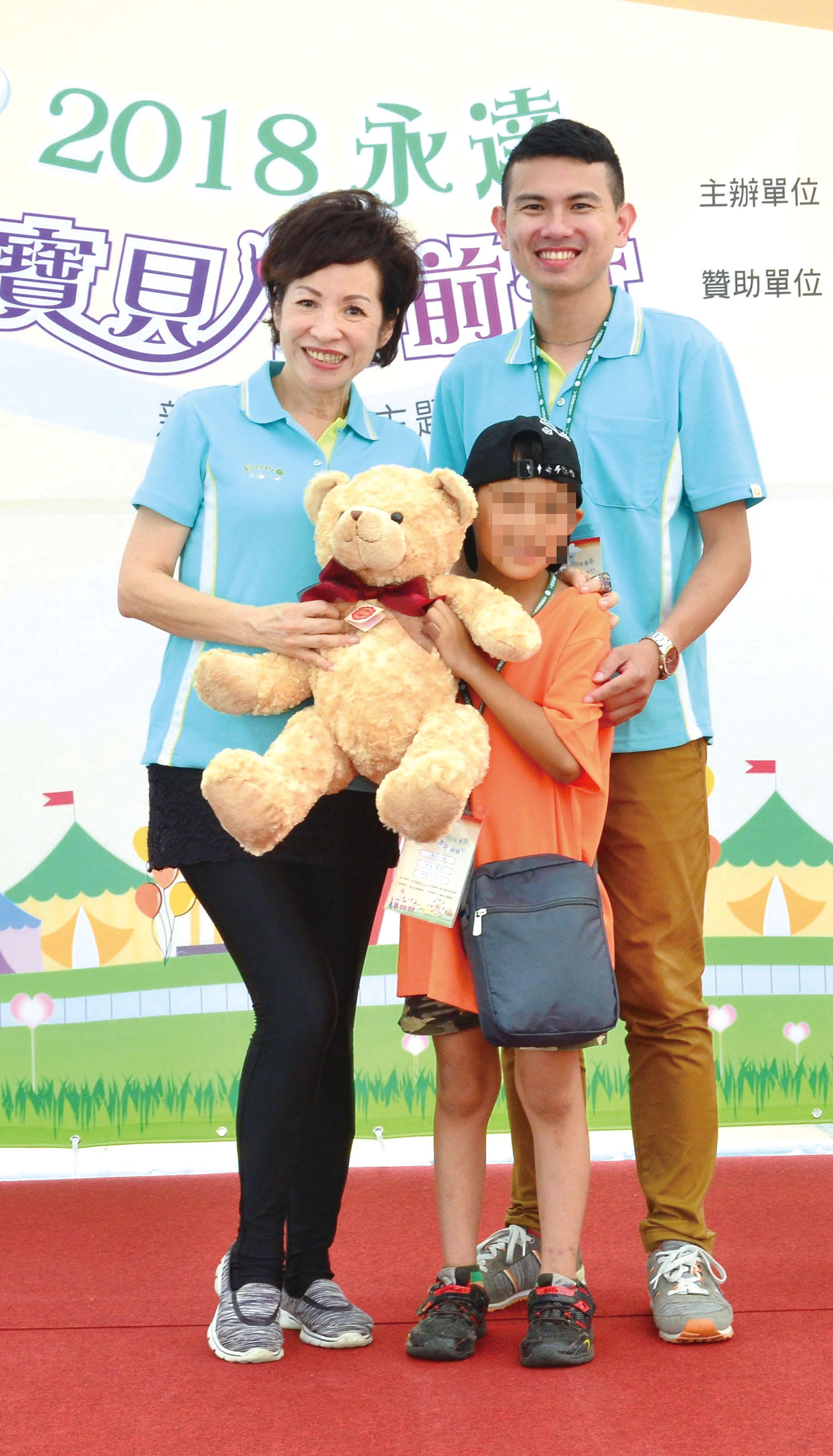 韓孫珍華業務副總(左)頒獎給寶貝。