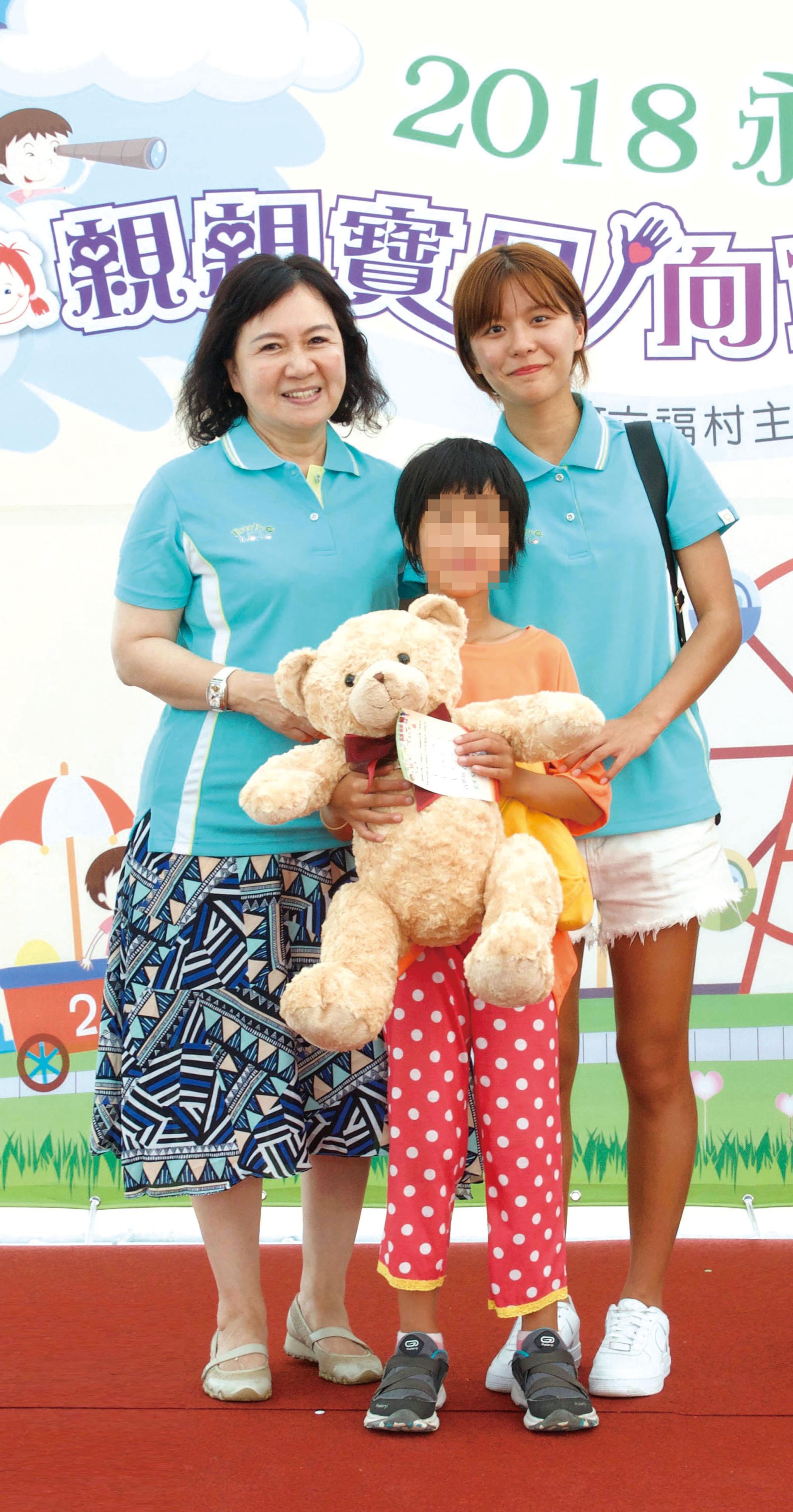 蔡瑩惠業務籌備副總(左)頒獎給寶貝。