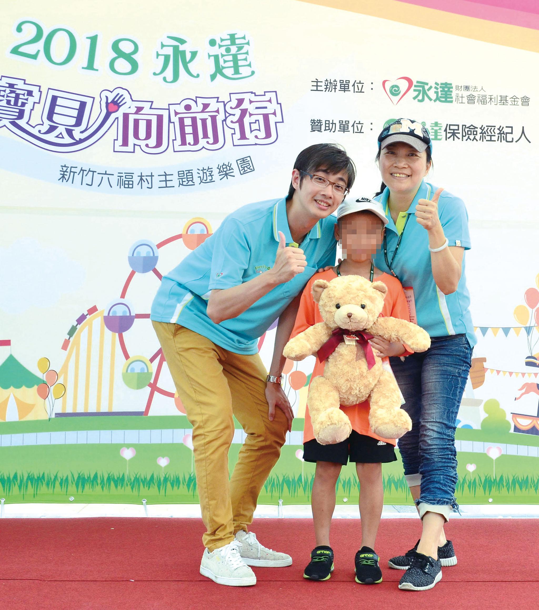 傅泓捷業務籌備協理(左)頒獎給寶貝。