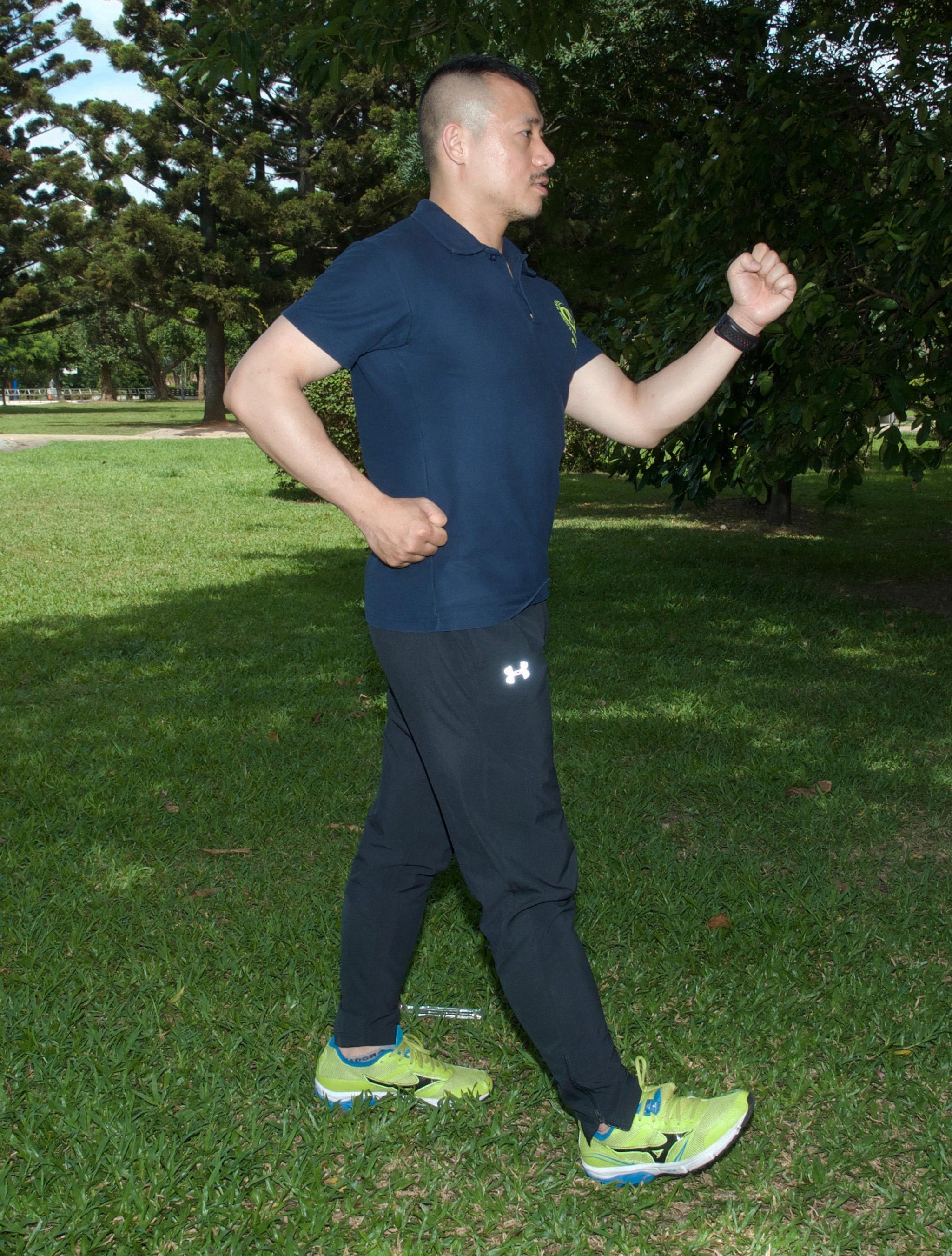 體適能健走,手肘需彎曲約九○度角,前後擺動時,前擺拳頭不高過胸部。後擺拳頭位於腰部高度。
