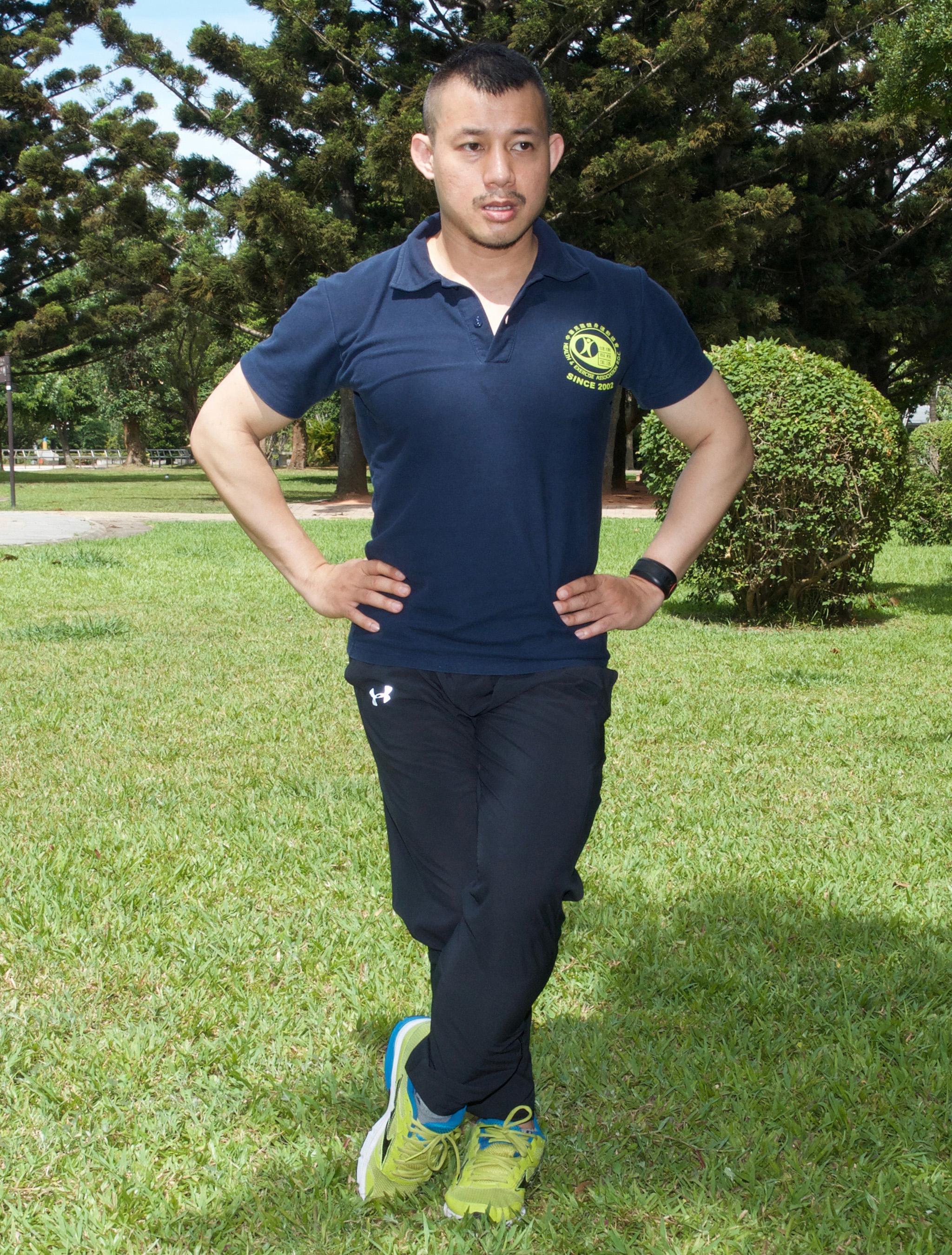 脛骨前肌伸展/加快健走速度時,感覺小腿前側酸痛是正常的現象,應該在一○到二○分鐘後逐漸好轉。可做脛骨前肌伸展,來鬆弛小腿前側。
