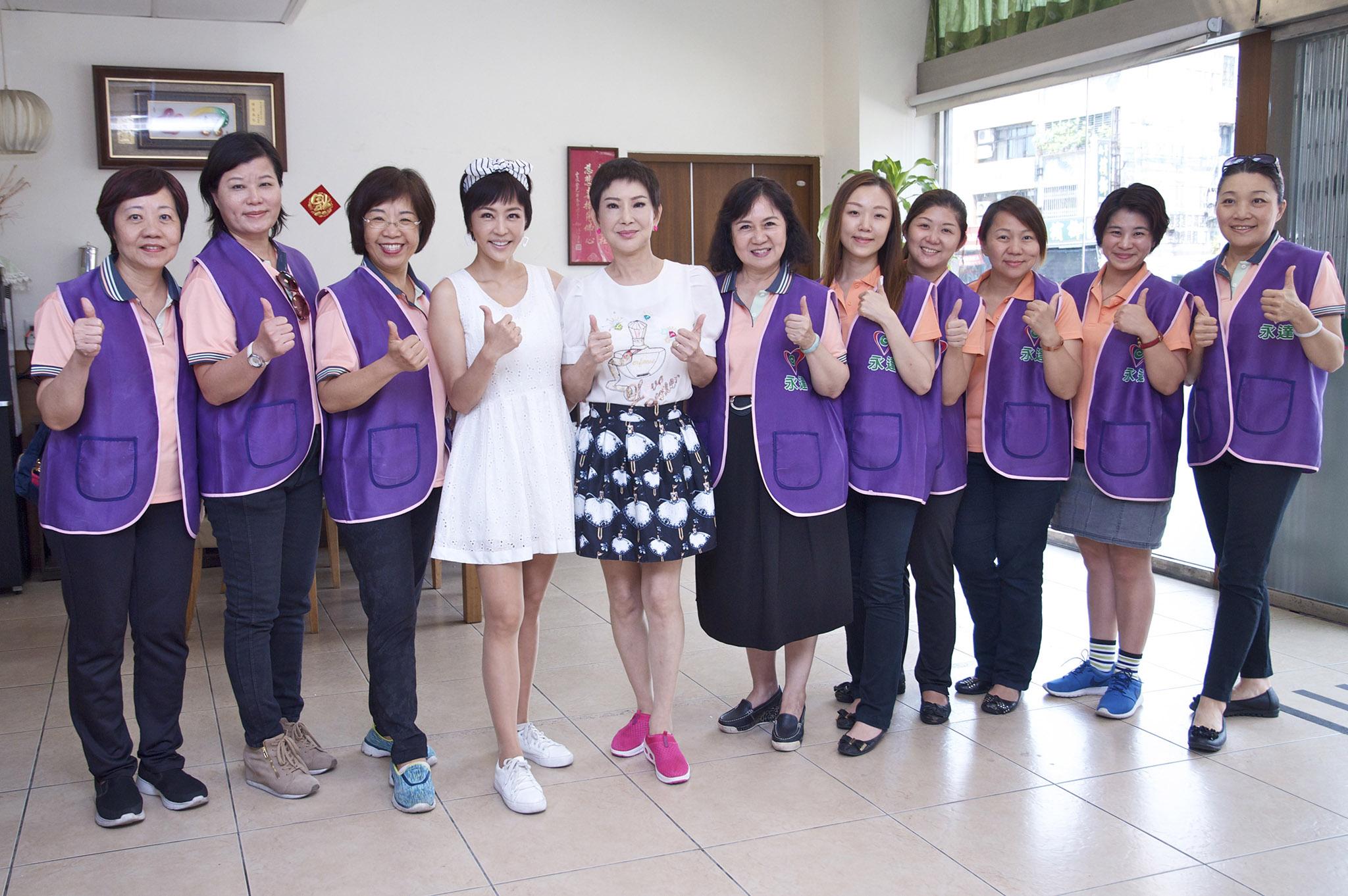 蔡瑩惠業務籌備副總(右6)帶領志工。