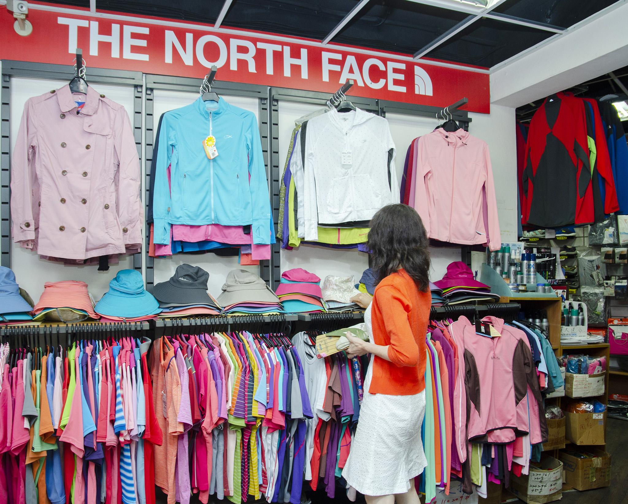 冰岩店內販售許多專業功能性戶外用品,從穿的到用的,應有盡有。