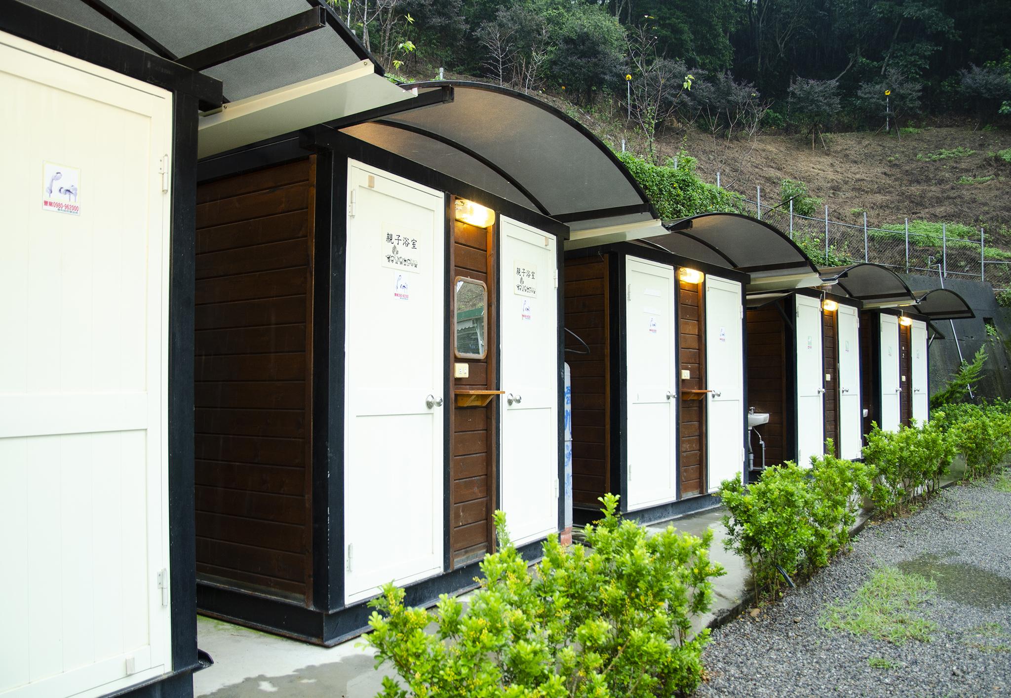 微笑山丘打造五星級木製盥洗設備、廁所。