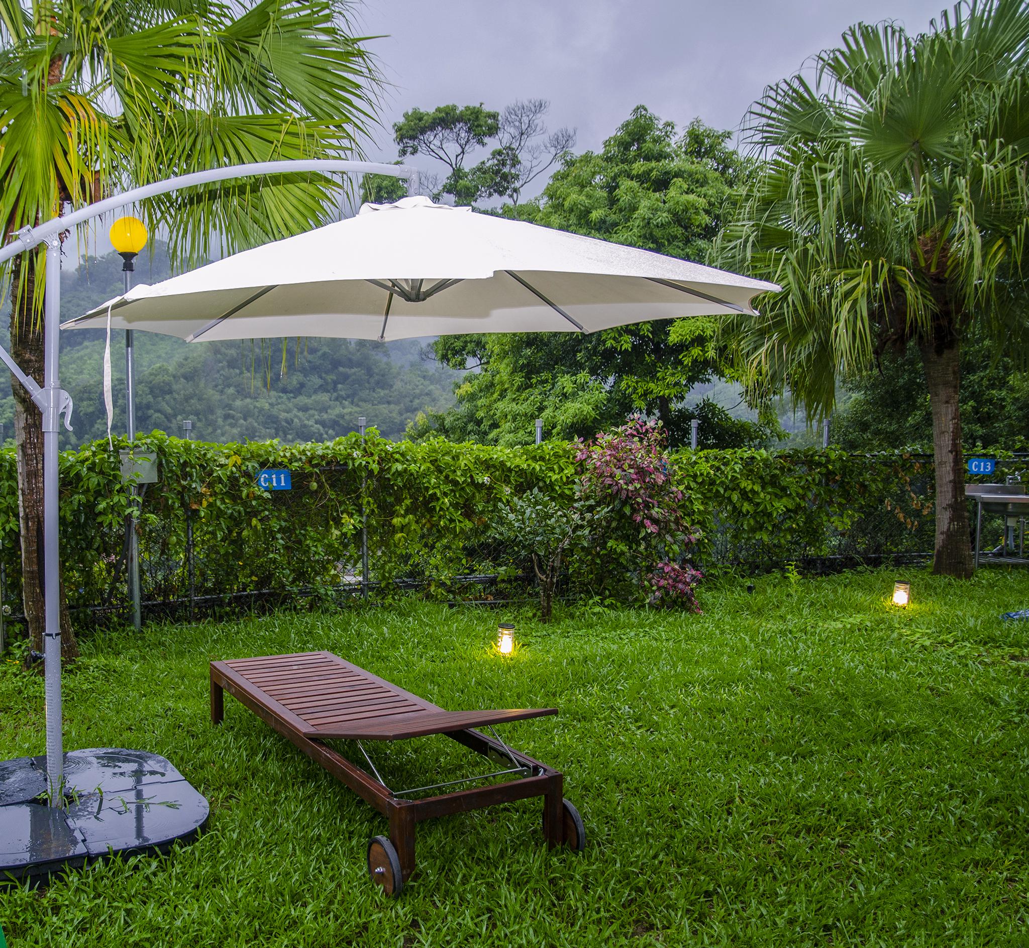 微笑山丘VIP區營地,提供觀景躺椅及陽傘,讓露營也能五星級。