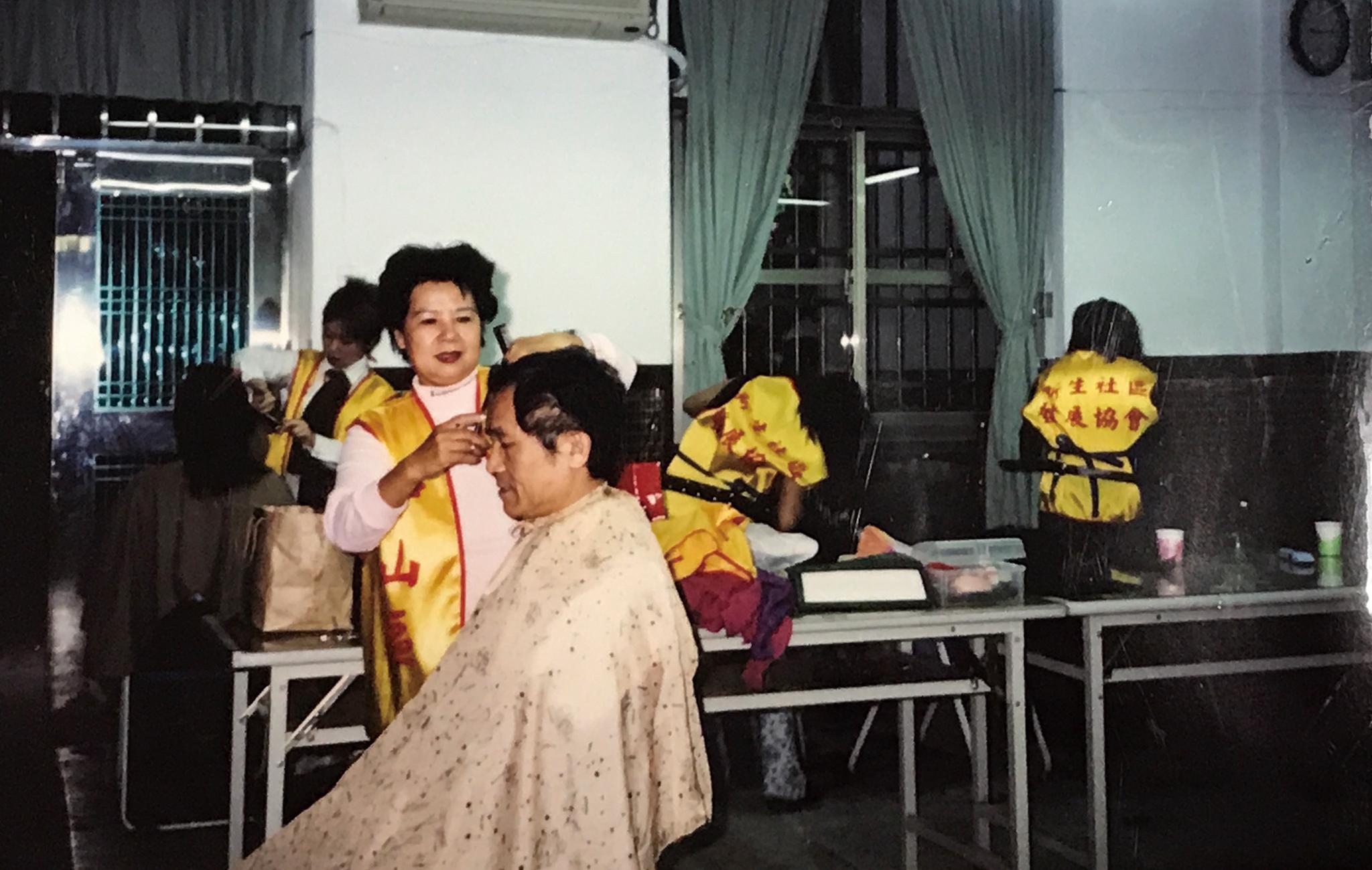 舉辦義剪活動,林彩葉親自幫忙剪髮。