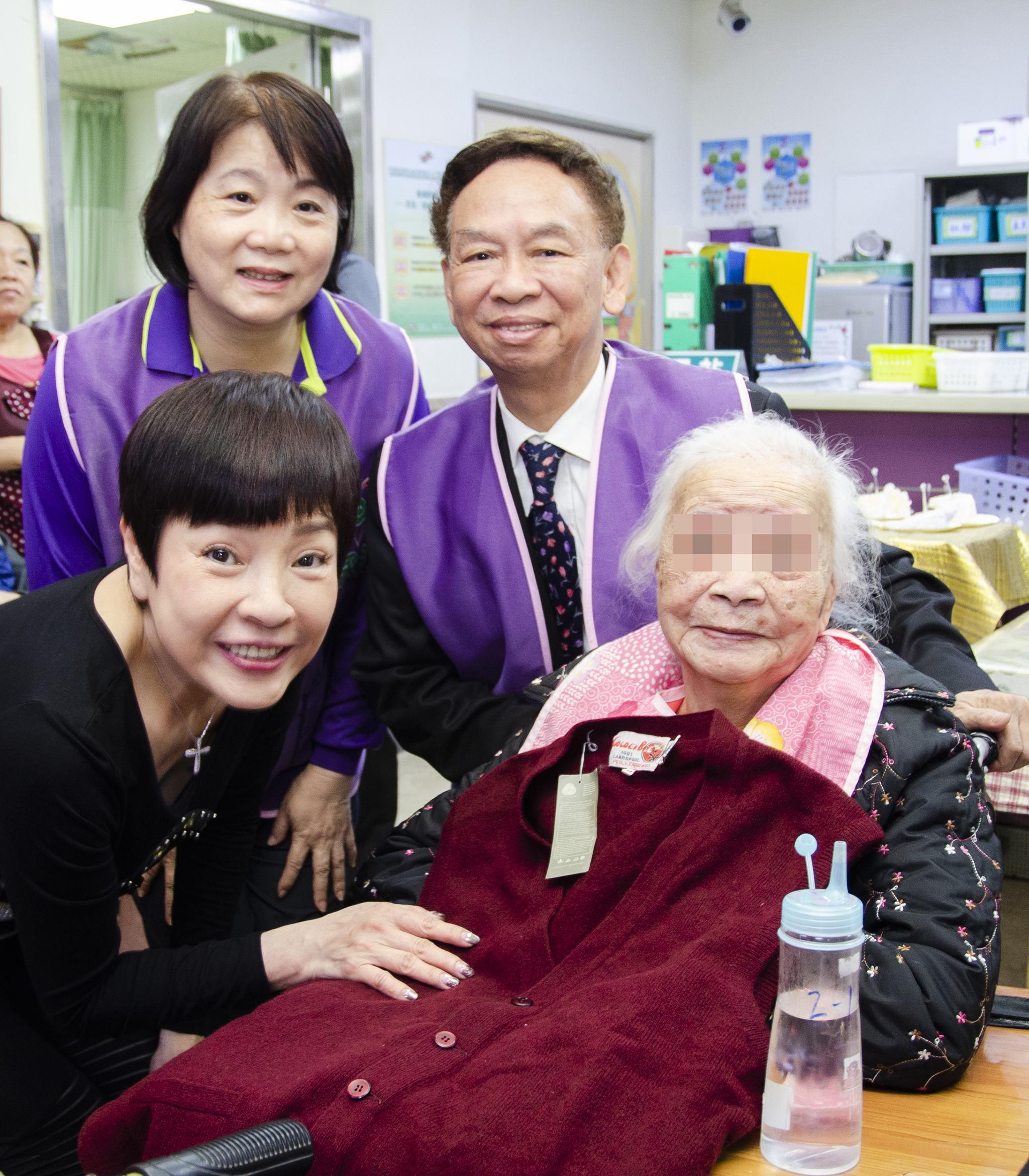 葉明全業務副總幫助高齡九十六歲的阿嬤贏得毛線衣。
