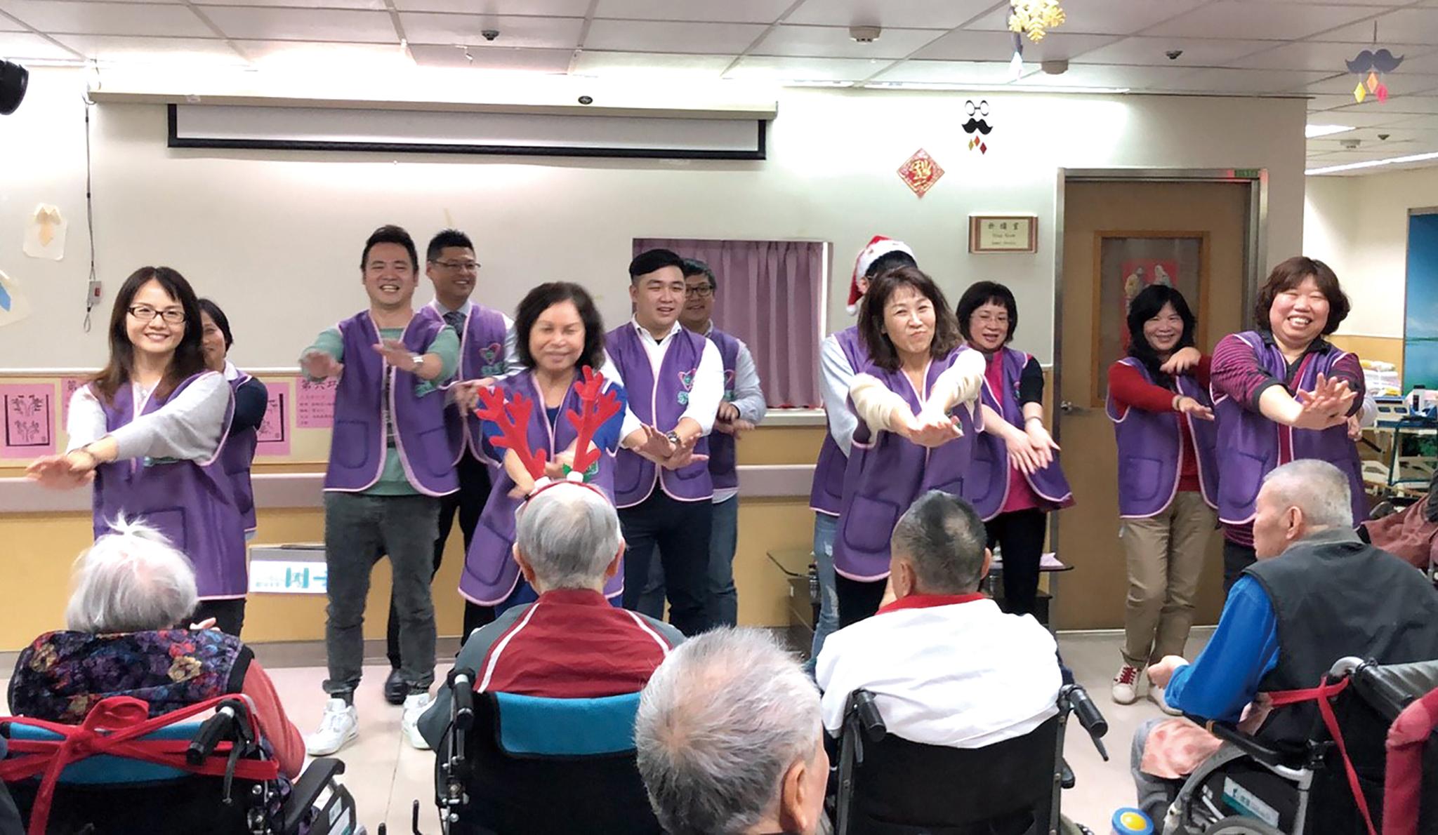 由高慧如業務處經理帶領桃園一職場志工們一同表演中東熱舞。