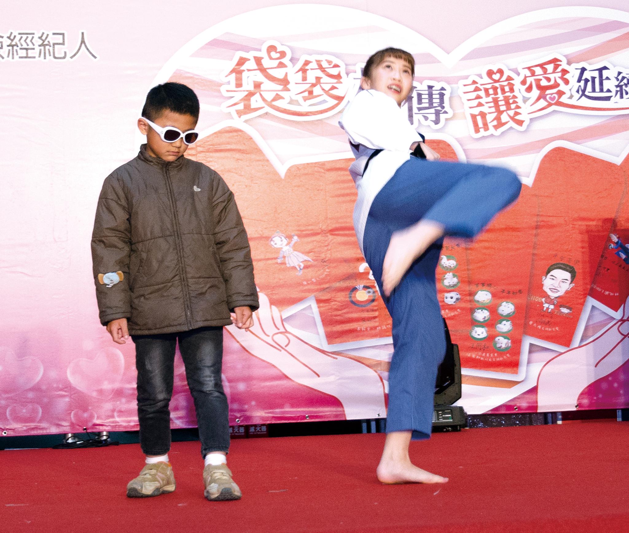 ▲跆拳小可愛林侃諭教孩子跆拳品勢動作。
