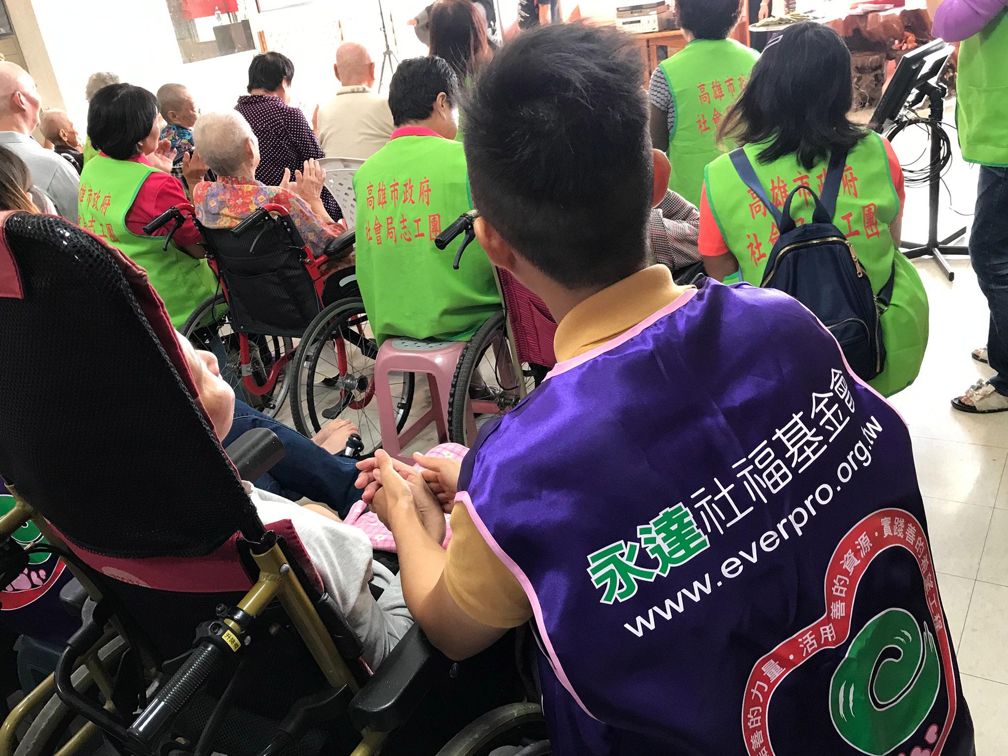 志工想到照顧他長大的奶奶,像陪伴家人一樣緊握著奶奶的手。