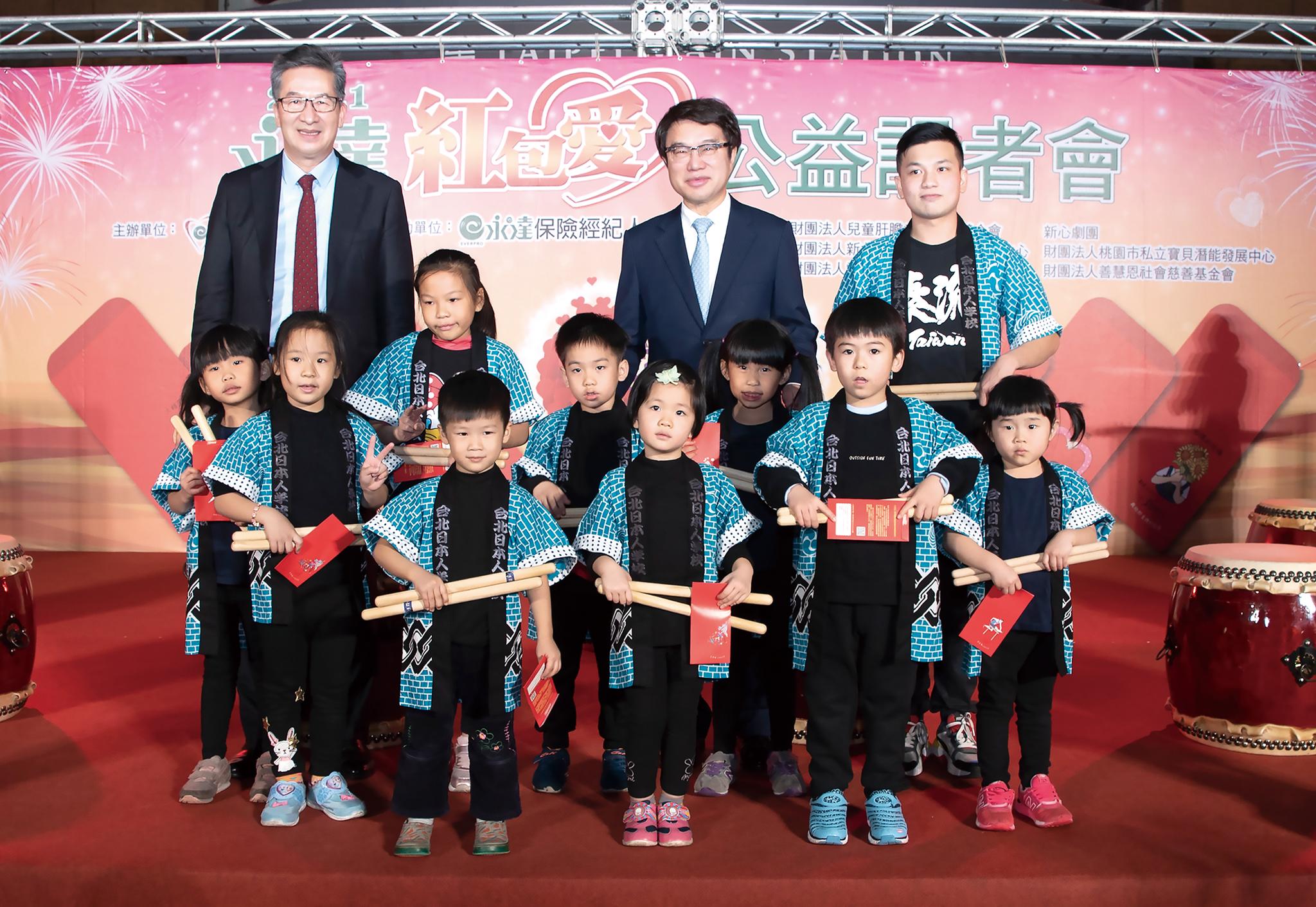 開場表演由熊谷新之助老師(圖右後)和太鼓熊組兒童班熱鬧開場。